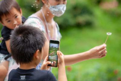 こどもをおうちの人が引き立ている姿も多く見られました!こどもが撮る写真を家族で協力して制作します!